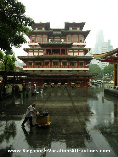 What to do at Singapore Chinatown: pay a visit to the Chinese Temple